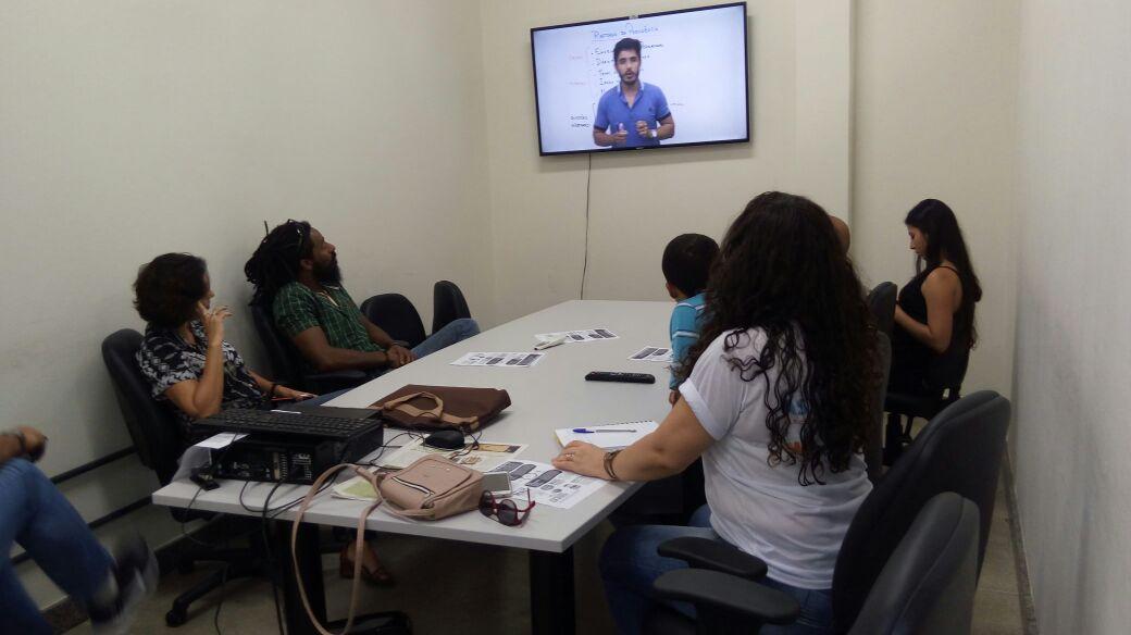 TAEs do Centro Multidisciplinar do Campus Barra-UFOB, assistindo a vídeo que trata da reforma da Previdência. Iniciando as atividades do Dia de Luta com Paralisação.